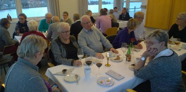 Medlemmarna intog större delen av övervåningen för sitt julbord.