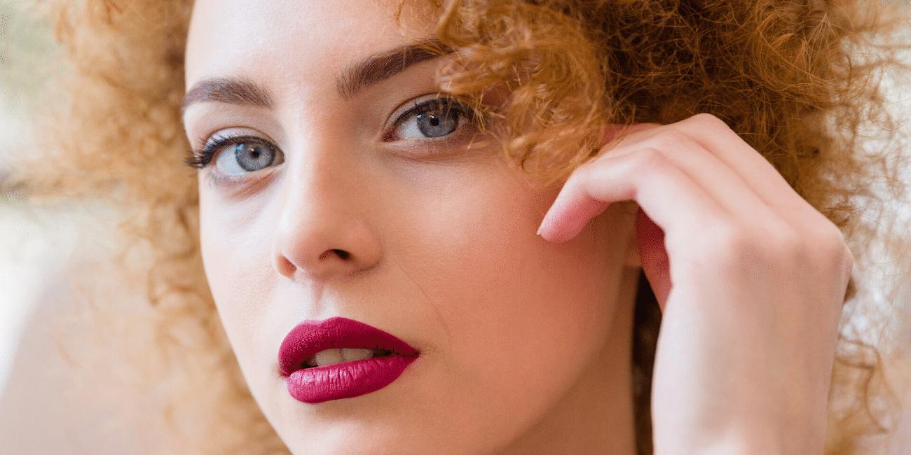 femme caucasienne cheveux frisés