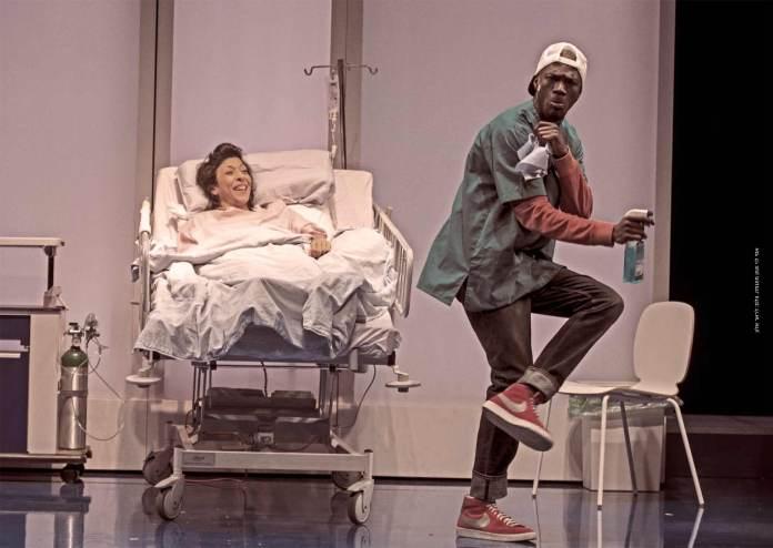 אסי לוי ושון מונגוזה בהצגה של מי החיים האלה, בתיאטרון חיפה (צילום: ז'ראר אלון)