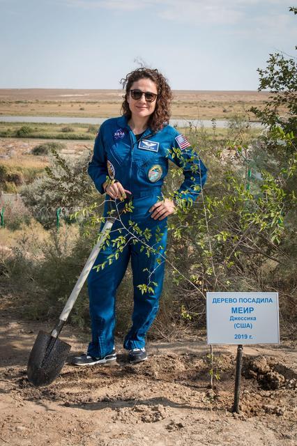 ד״ר ג׳סיקה מאייר ליד העץ שלה בבאייקונור