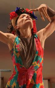 הרקדנית נעה דר במופע שלה ליחידה ״אינוונטר״