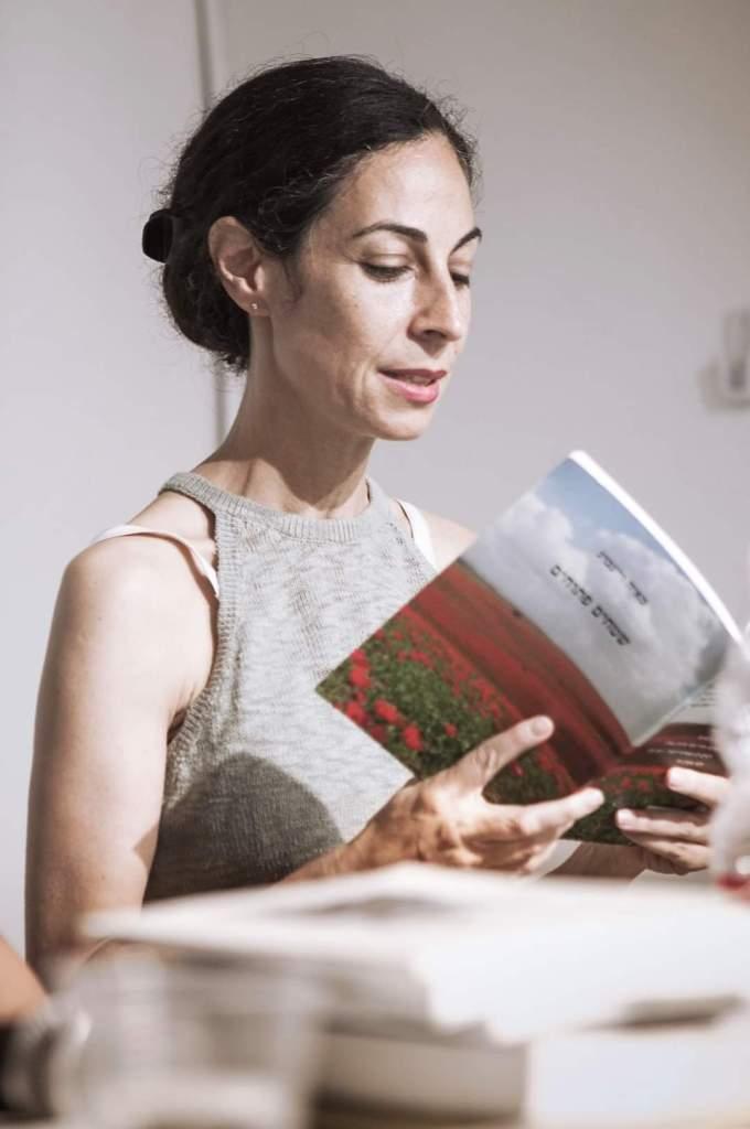 מאיה ויינברג קוראת בספר שיריה