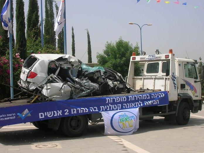 מכונית פרטית מרוסקת על משאית גרר
