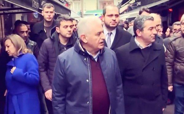 Binali Yıldırım Kadıköy barlar sokağında gençlerle selamlaştı