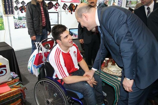 Çalışma ve Sosyal Güvenlik Bakanı Süleyman Soylu, Trabzon Günleri'ne gelen Şalpazarılı engelli bir gençle de yakından ilgilendi