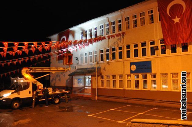 Trabzon Büyükşehir Belediyesi cenaze töreninin yapılacağı Şalpazarı Atatürk Ortaokulu bahçesini geceden Türk Bayraklarıyla süsledi