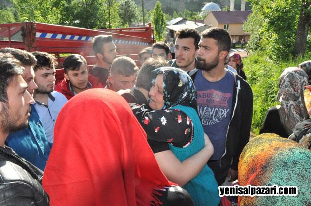 Cenazenin toprağa verilmesi ve duaların okunmasından sonra veda vakti gelmişti. Hüseyin Karadere'nin annesi kendisiyle vedalaşan oğlunun okul arkadaşlarına sarılarak ağladı
