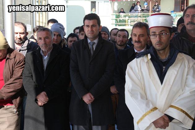Muhtar Mehmet demirtürk'ün eşi Güllü Demirtürk'ün cenazesine Kaymakam Murat Beşikci de katıldı