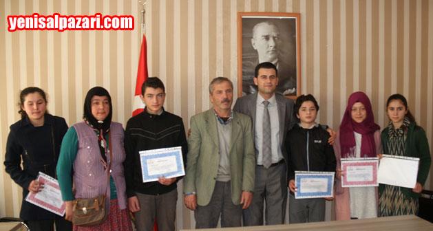 Kaymakam Murat Beşikci, ödül töreninin ardından başarılı öğrencilerle birlikte fotoğraf çektirdi
