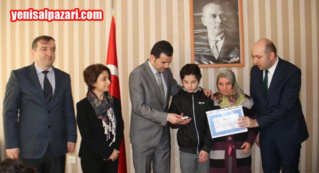 Şalpazarı Anadolu İmam Hatip Ortaokulu Öğrencisi Emre Yamaç ödülünü alırken