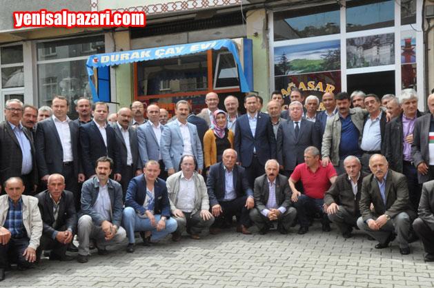 Milletvekili Av. Salih Cora, çay ocağı önünde çay içtikten sonra vatandaşlarla birlikte hatıra fotoğrafı çektirdi