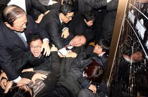Otra opción: resolverlo a ostias. ¿Quién se acuerda de las famosas peleas del parlamento coreano?