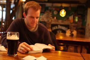 También puedes estar en el pub y estudiar a la vez. Pero yo en tu lugar dejaría el libro y me pondría a hablar con esa rubia...