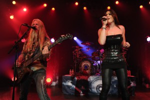 Floor Jansen tocando con Nightwish