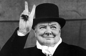 Winston Churchill pidiendo un par de Guinness como dios manda.