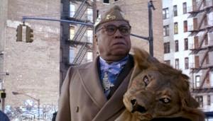 ¿Cómo no fiarse de un tío con un león en el hombro?