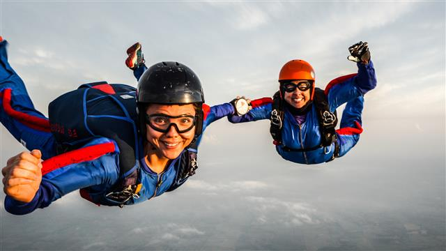 Leyes absurdas women skydiving on Sundays