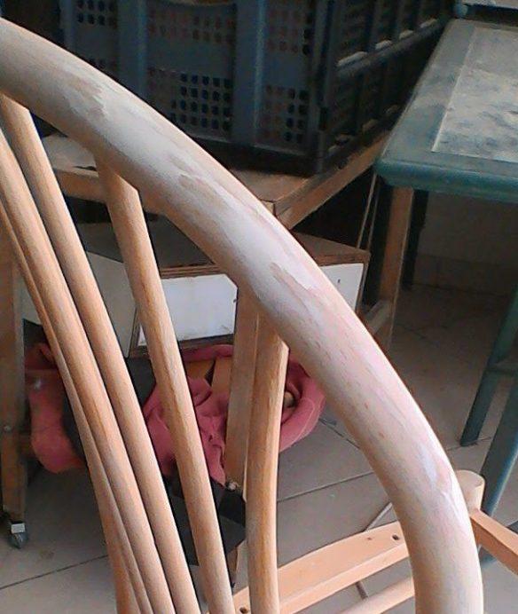 שיפוץ, חידוש ועיצוב של כסא: משענת העץ לאחר שיוף ומילוי האזורים שהתפצלו