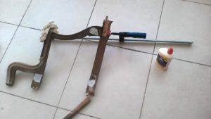 שיפוץ ספה - חיבור חלקים עם דבק וקיבועם עד ליבוש עם קליבה