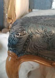 הספה שלי -מתיחת בד הברוקד אל שלד העץ