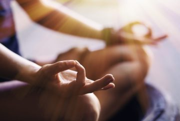 meditation mudra assis au sol