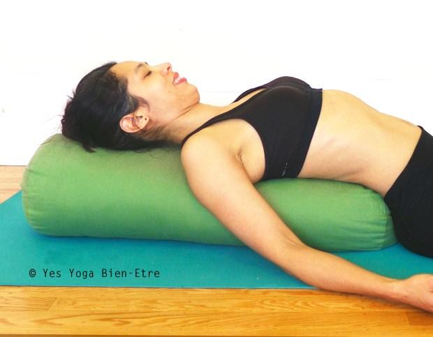 allongee sur bolster pour le pranayama yes yoga bien-etre