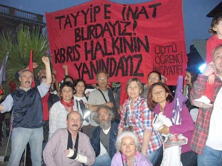 """ODTÜ'nün Kıbrıs Kampusundaki öğrencileri: """"TAYYİPE İNAT BURDAYIZ, KIBRIS HALKININ YANINDAYIZ"""" pankartıyla katılmışlar Lefkoşa'daki 1 Mayıs Mitingi'ne.  Tesadüf bu ya Dikilitaş'ın tam karşısında 78 Kuşağından ODTÜ'lüler ile karşılaşmışlar. Ve yukarıdaki hatıra fotoğrafını çektirmişler.   İşte 30 yıl arayla ODTÜ'nün """"rahle-i tedrisat""""ından geçmiş iki devrimci kuşak Sarayönünde bir arada."""