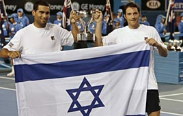 רם וארליך עם הגביע והדגל, הבוקר (צילום: רויטרס)