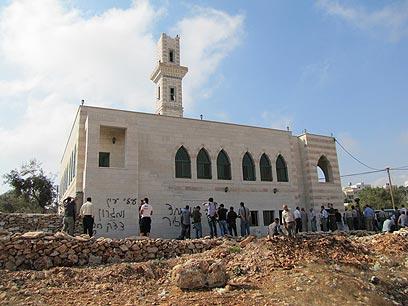מבנה המסגד שהוצת (צילום: סלמה א-דבעי, בצלם)