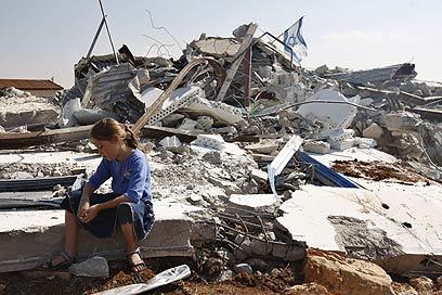 """הריסות המבנים במגרון. """"כואבים לא פחות"""" (צילום: AFP)"""