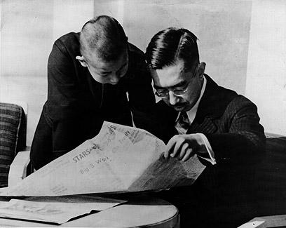 הקיסר הירוהיטו מתעדכן בחדשות ב-1942 (צילום: gettyimages)