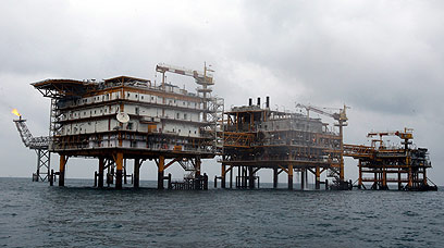 אסדות קידוח איראניות. מגזר האנרגיה האיראני במוקד (צילום: EPA)