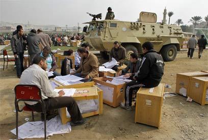 ספירת קולות במצרים (צילום: AP)