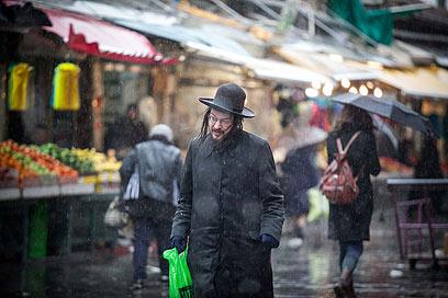 גשום בירושלים. אם יהיה שלג, הוא לא צפוי להיערם (צילום: נועם מושקוביץ)