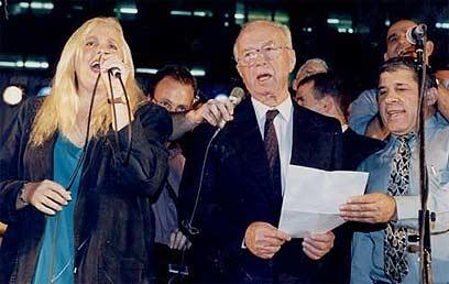 """יצחק רבין ז""""ל, בעצרת ב-4 בנובמבר 1995  (צילום: מיכאל קרמר)"""