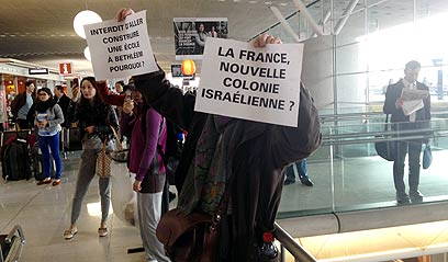 """""""ישראל חוזרת על אותם שקרים"""". פעילים בצרפת (צילום: ליאור זילברשטיין, """"ידיעות אחרונות"""")"""