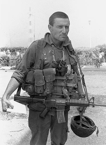 """סא""""ל דורון אלמוג, שהוביל את יחידות הצנחנים תחת השם """"כוח עוגן"""", מהנחיתה בשפך נהר האוואלי ועד ביירות (צילום: במחנה)"""
