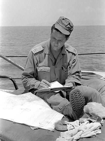 סגן ניר ברקת, קצין בגדוד 890 בחטיבה 35 - והיום ראש העיר ירושלים - מביט במפה ומשנן תוכניות (צילום: במחנה)