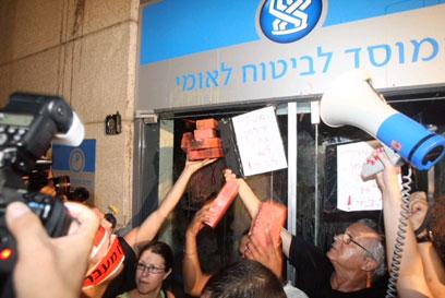 הפגנת תמיכה במשה סילמן מול המוסד לביטוח לאומי, תל אביב (צילום: מוטי קמחי)