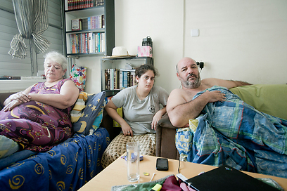 איציק עטייה ומשפחתו. אינו יכול לנוע בדירה עם כיסא הגלגלים (צילום: אקטיבסטליס)