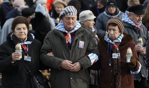 Sobrevivientes del campo de exterminio participan de una ceremonia de conmemoración del Holocausto en Auschwitz-Birkenau. ón