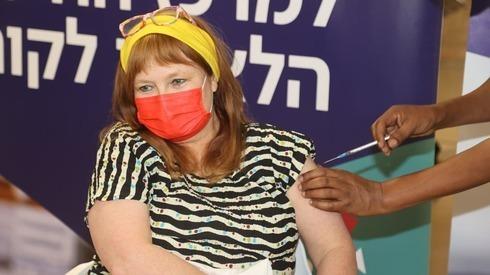 La profesora Galia Rahav, jefa de la Unidad de Enfermedades Infecciosas y Laboratorios del Centro Médico Sheba, recibe la vacuna contra el coronavirus.