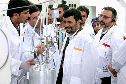 אחמדינג'אד במתקן העשרת האורניום בנתנז (צילום: EPA )