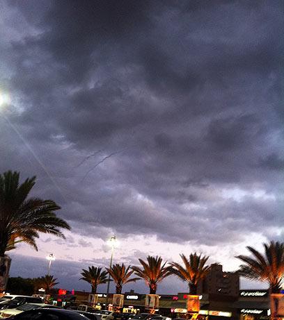 """שובלי """"כיפת ברזל"""" בין העננים באשדוד הערב, כפי שצילמה תושבת העיר"""