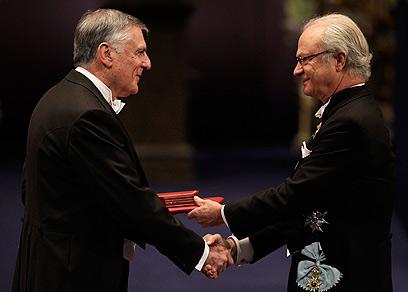 פרופ' דן שכטמן מקבל את הפרס ממלך שבדיה, הערב (צילום: AP)