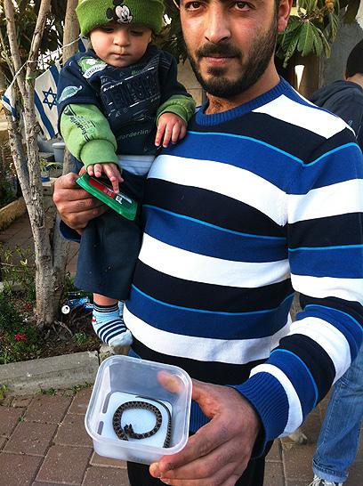 עימאד ואביו ביחד עם הנחש הנגוס (צילום: מאור בוכניק)