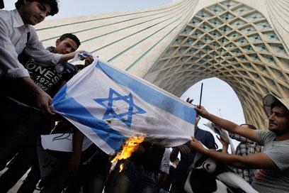 דגל ישראל עולה באש בטהרן (צילום: AP)