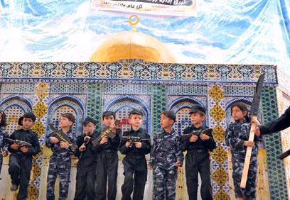 הילדים על רקע מסגד בהר הבית