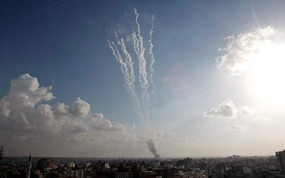 """שיגורים, נפילות ותקיפות. יום שישי למבצע """"עמוד ענן"""" (צילום:AP)"""