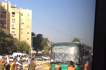 אוטובוס שנפגע בבאר שבע (צילום: וטלי קינקלין)